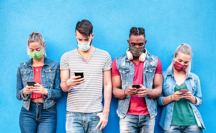Des jeunes sur les réseaux sociaux