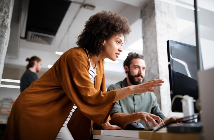 Femme travaillant dans le numérique